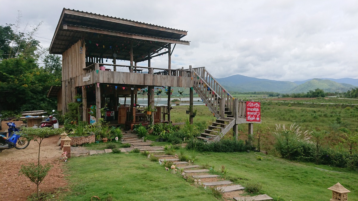 Baan Rak restaurant overlooking the Nong Prue dam